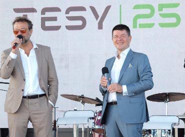Годината е 1993. TESY е основана като компания. Годината е 2018. TESY е сериозен икономически двигател за страната и световен лидер в индустрията. Днес, с радост, предизвикана от изминалите години и амбиции към предстоящите, отбелязваме 25 годишен юбилей.