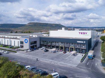 На 12 септември в Шумен в тесен кръг се състоя тържественото откриване на новия логистичен терминал на TESY, където беше отслужен тържествен водосвет в присъствието на представители на местната власт и партньорите ни Кордеел България ЕАД, които работиха по реализиране на проекта. Терминалът функционира от август тази година като осигурява нови 8000 палетни места и […]
